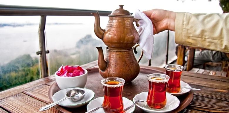 İnce Belli Bardakta Boğaza Karşı Çay Keyfi